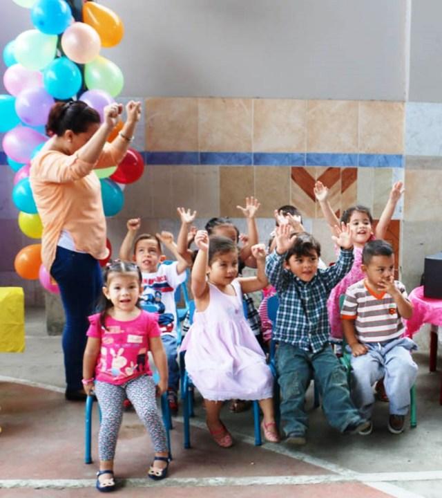 Niños pequeñitos muestran su extraversión frente al público que concurrió a la casa abierta del Centro de Desarrollo Infantil del Patronato municipal de Manta, Manabí.