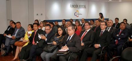 Abogados ecuatorianos asisten a un curso de formación de notarios, en Quito.