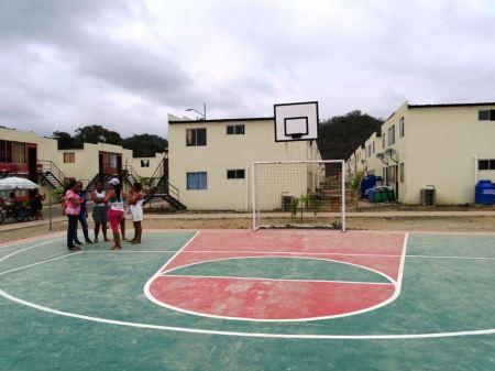 Área recreativa y viviendas multifamiliares del Plan Reconstruyo del Gobierno ecuatoriano.