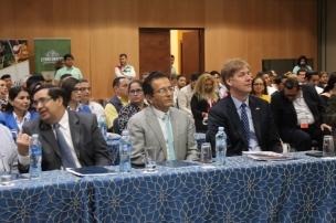 El alcalde de Manta, Jorge Zambrano Cedeño, fue invitado a la presentación del programa Misión Manabí. A su izquierda, Andrew Sherr, cónsul general de los USA en Guayaquil.