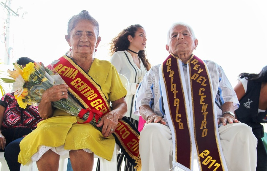 La reina y el rey de los adultos mayores de Manta, durante la celebración del día mundial instituido en beneficio de su grupo social. Manta, Manabí.