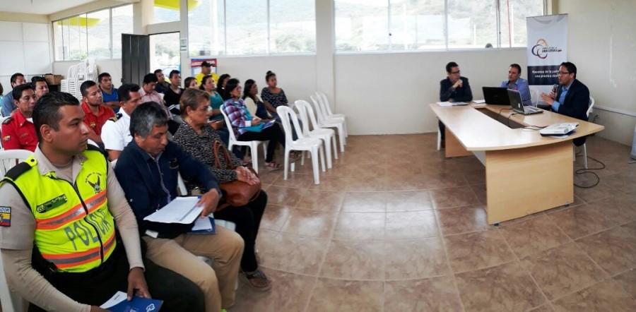 El presidente del Consejo de la Judicatura de Manabí dialoga en Puerto López con representantes de este cantón manabita.