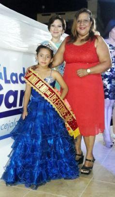 Con Anita Gilces, su abuelita paterna; y la vicepresidenta de la Federación de Barrios de Los Esteros, Ligia Zambrano Castro.