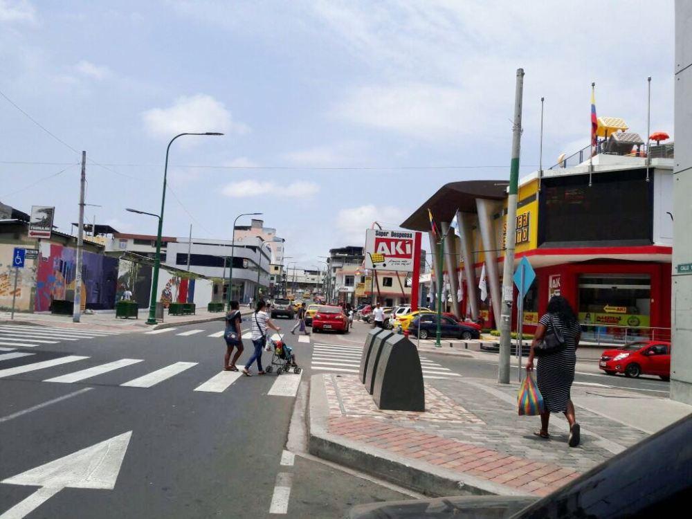 Aspecto de la Calle 13 de Manta, en el tramo donde se hallan la Plaza San Marcos y el Sindicato de Choferes Profesionales de Manta. Manabí, Ecuador.