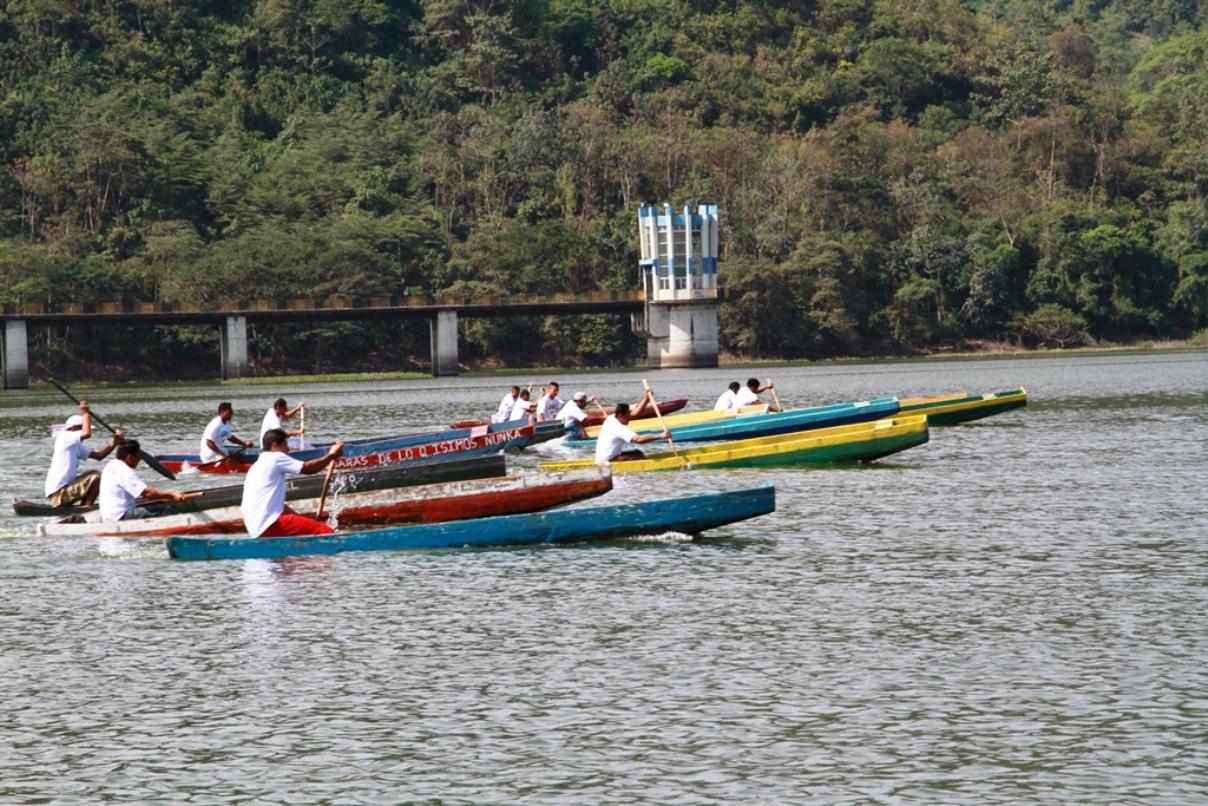 Canoeros compiten por premios en la Regata Aldo Cano Patiño de la represa La Esperanza del Cantón Bolívar. Manabí, Ecuador.