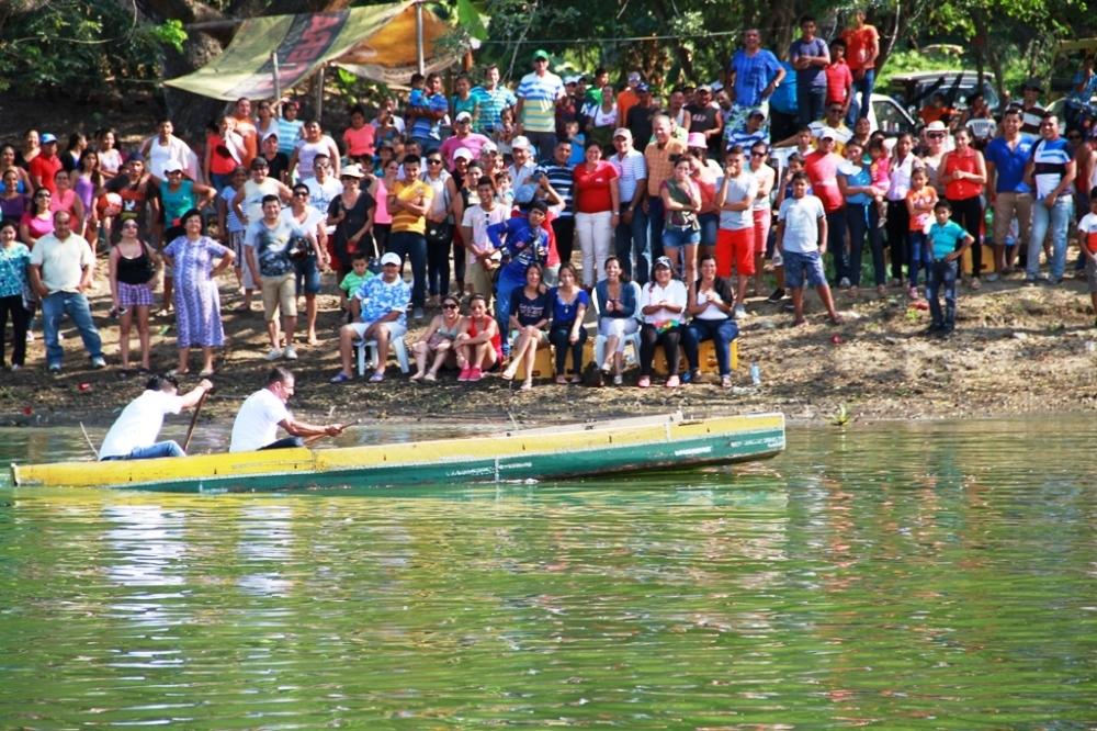 Espectadores de la Regata Aldo Cano Patiño en la represa La Esperanza del Cantón Bolívar. Manabí, Ecuador.