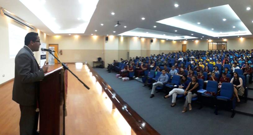 El director provincial del Consejo de la Judicatura de Manabí, Vinicio Baquezea, pronuncia charla sobre violencia de género para estudiantes de la Universidad San Gregorio de Portoviejo. Manabí, Ecuador.