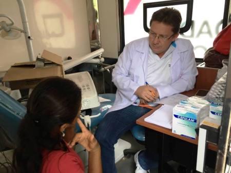 El director médico del Patronato municipal de Manta, Dr. Jimmy Asanza, atiende a una paciente en la Unidad Médica Móvil desplazada en Pedernales. Manabí, Ecuador.