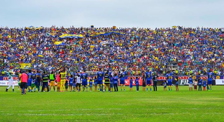 Aficionados del equipo de fútbol Delfín, de Manta, copan las graderías populares del Estadio Jocay. Manta, Manabí. Ecuador.
