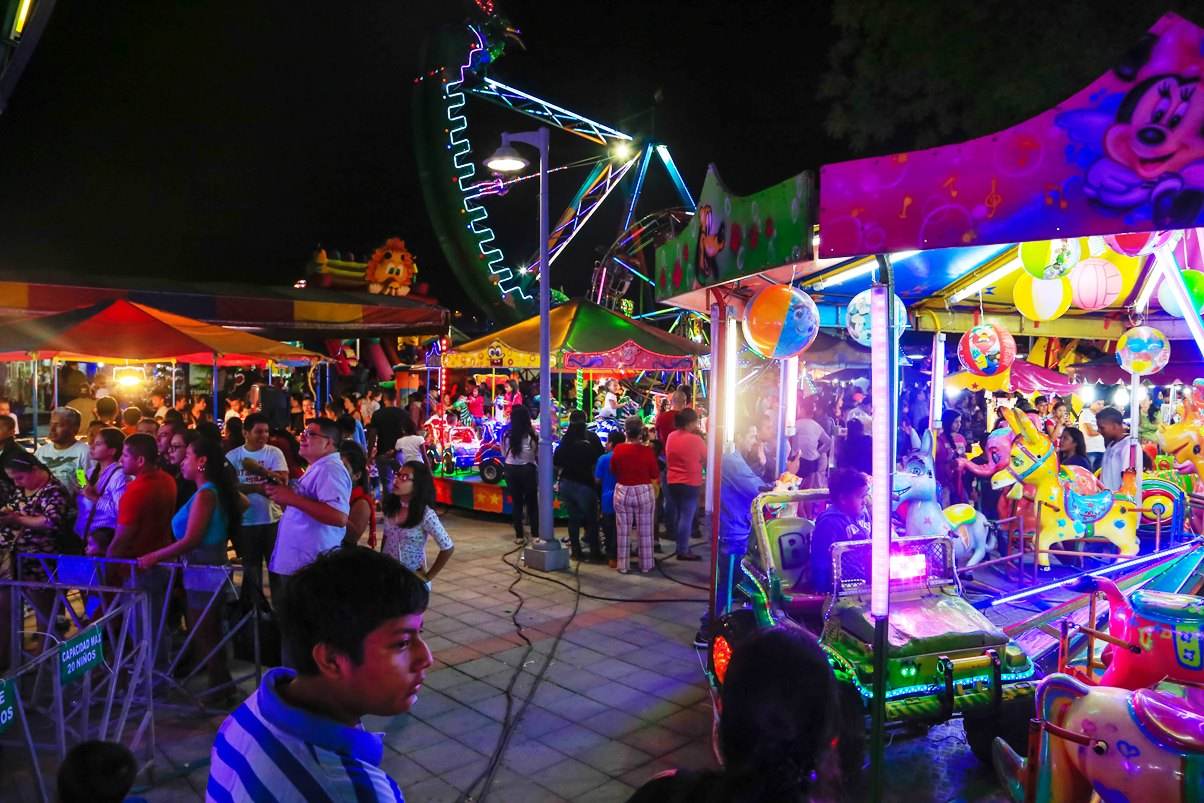 Feria comercial itinerante estacionada en el Nuevo Tarqui de la ciudad de Manta. Manabí, Ecuador.