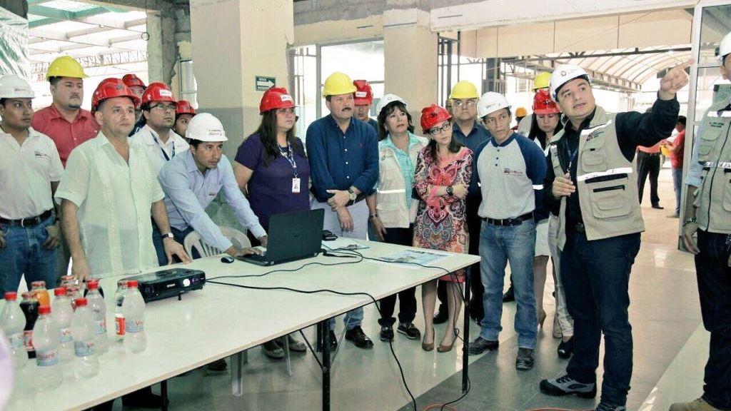 Autoridades públicas de Manabí, durante una inspección hospitalaria en agosto de 2017.