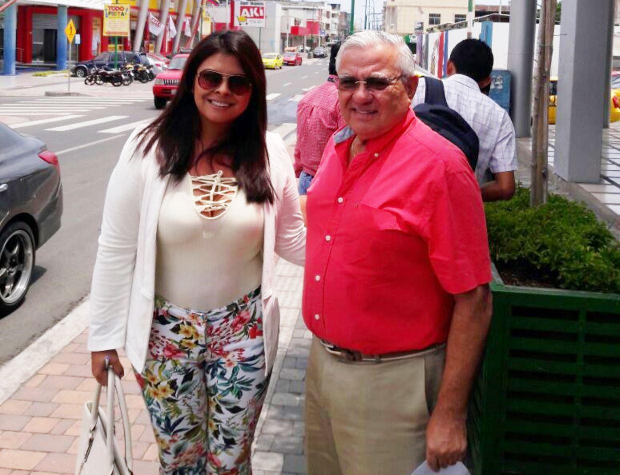 Mery Chong, subdirectora de Emprendimiento Productivo del GAD municipal de Manta, junto al empresario Marco Marchán, dueño de Plaza San Marcos en la Calle 13. Manabí, Ecuador.