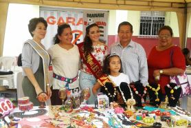 Con el presidente de la Federación de Barrios de la Parroquia Urbana Los Esteros (Manta), Carlos González; observando la muestra de bisuterías por el aniversario de la parroquia.