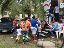 Pacientes a la espera de su turno al pie de la Unidad Médica Móvil del Patronato municipal de Manta, en Pedernales.
