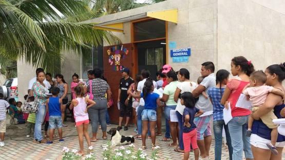 Estos pacientes hacen fila para recibir atención médica gratuita de la brigada Fundación Hermano Miguel-Patronato de Manta, en Pedernales.
