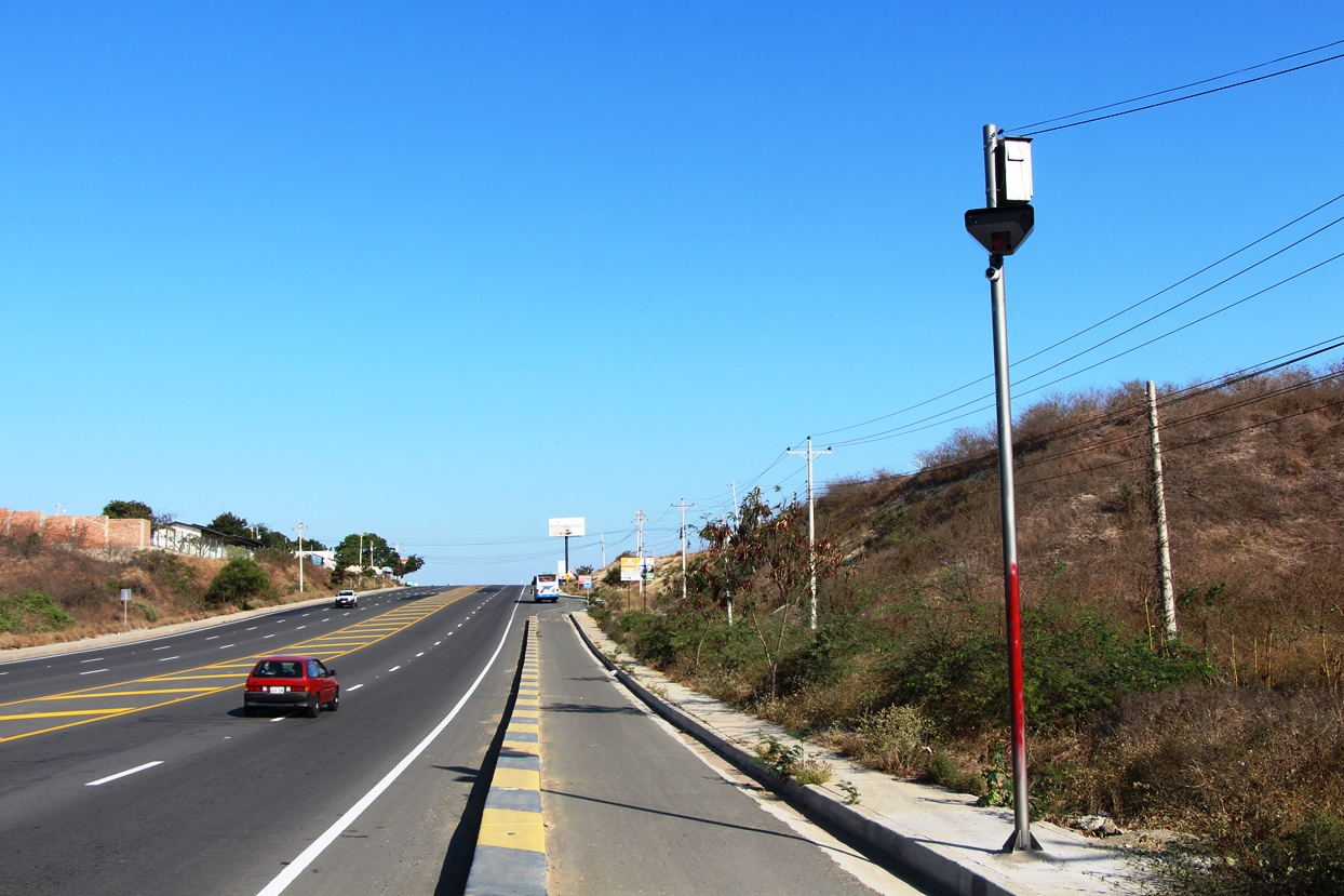 Radar para control del tránsito en una de las vías de la ciudad de Manta. Manabí, Ecuador.