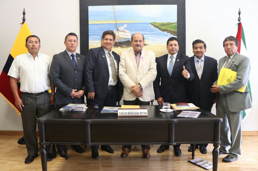 Directivos de FEDOTAXIS posan en Quito con el segundo vicepresidente de la Asamblea Nacional de la República.