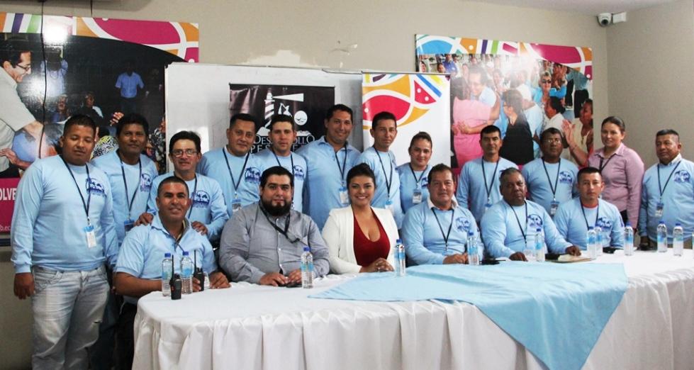 Miembros del gremio de transportistas del Muelle Flotante de Manta posan junto a funcionarios de la Subdirección de Emprendimiento Productivo del Patronato municipal de Manta. Manabí, Ecuador.