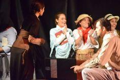 Actores celebrando su desempeño aplaudido por el público.