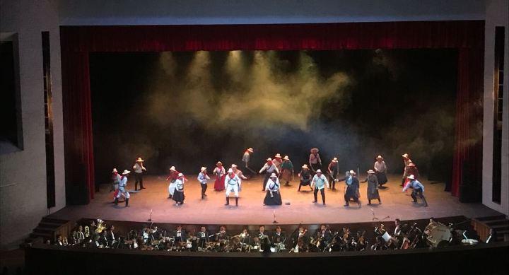 Actores de la Ópera Eloy Alfaro, en el escenario del Teatro Benjamín Carrión Mora de la ciudad de Loja, Ecuador.