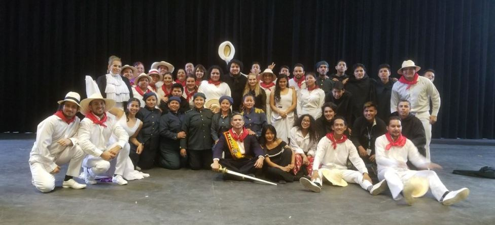 El elenco de la ópera posa tras bastidores.