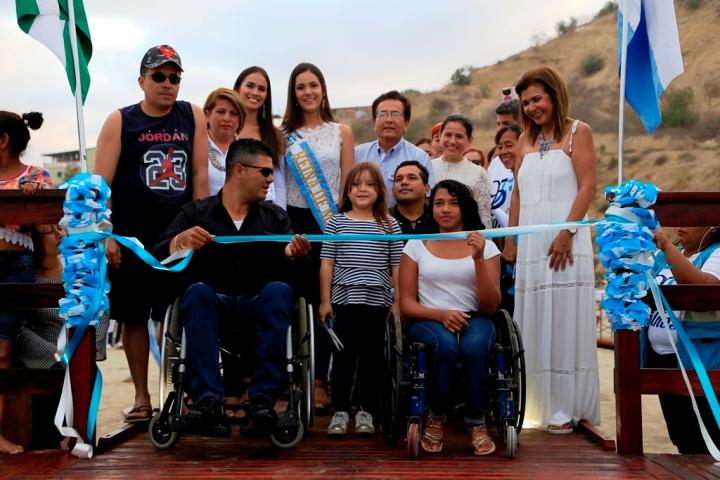 Acto inaugural de la caminera inclusiva construida en la playa marina de San Mateo en Manta. Manabí, Ecuador.
