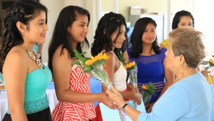 Adultos mayores amparados en el Patronato municipal de Manta regalaron artesanías suyas a las candidatas a reina de la Parroquia Santa Marianita. Manabí, Ecuador.