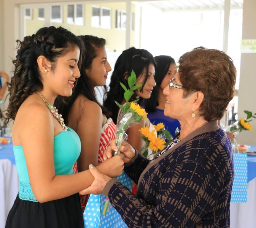 Candidatas a reina de la Parroquia Santa Marianita de Manta reciben afecto de las damas de la Tercera Edad amparadas por el Patronato municipal de Manta. Manabí, Ecuador.