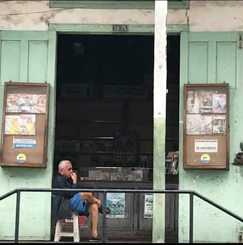 """Carlos Cedeño Rodríguez en su distribuidora de periódicos, revistas y libros """"Agencia El Universo"""" de Manta. Manabí, Ecuador."""