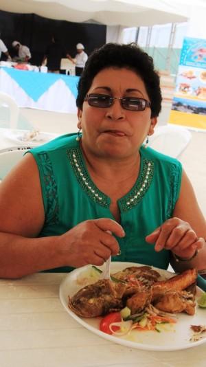 Dolores Villacías, turista de la ciudad de Quevedo (provincia de Los Ríos), presente en el Festival del Camotillo realizado en el Parque del Marisco de Manta. Manabí, Ecuador.