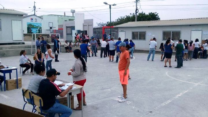 Recinto electoral para la conformación de consejos barriales en la ciudad de Manta. Manabí, Ecuador.
