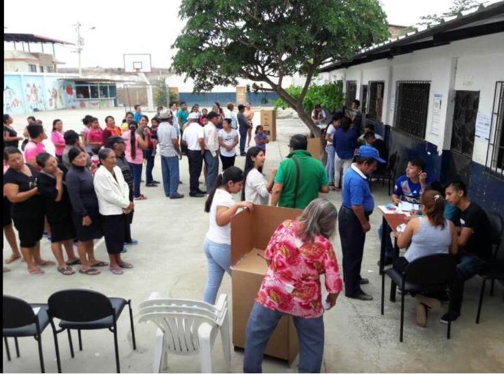 Electores de Manta hacen fila para depositar su voto en la elección de consejos barriales. Manabí, Ecuador.