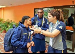 El boxeador montecristense Jean Carlos Caicedo habla con la ministra ecuatoriana de Deportes, Andrea Sotomayor Andrade.