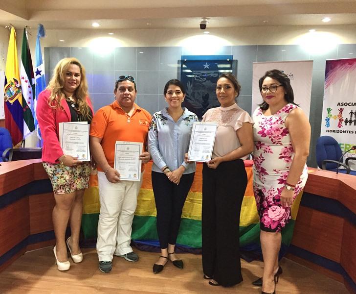 Lideresas de la comunidad LGBTI de Manta flanquean a la concejala Lady García Macías, en un aparte de la sesión conmemorativa de la despenalización de la homosexualidad en el Ecuador.