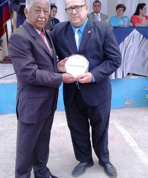 Corresponsal de El Universo en Chone recibe premio del Concejo municipal de San Vicente. Manabí, Ecuador.