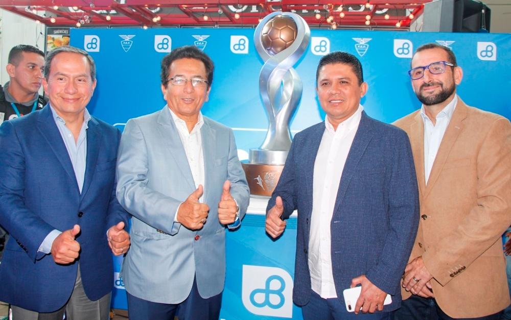 Acto de presentación oficial, en Manta, del nuevo trofeo Banco del Pacífico para el campeón 2017 del fútbol ecuatoriano.