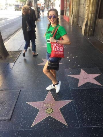 Bolso con slogan turístico de Chone es llevado por una dama en el paseo de la fama de Los Ángeles, California, EE.UU.