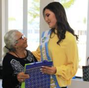 Obsequiando a la reina de Manta, Lucía Villavicencio.
