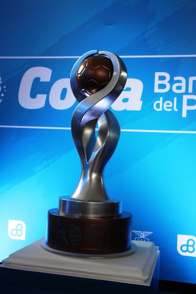 Trofeo Banco del Pacífico para el campeón 2017 del fútbol ecuatoriano.