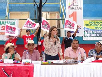 María Alejandra Vicuña dice palabras de aliento para los manabitas. A su izquierda se halla el gobernador de la provincia, Fabricio Díaz; a la derecha le acompañan líderes de organizaciones clasistas.