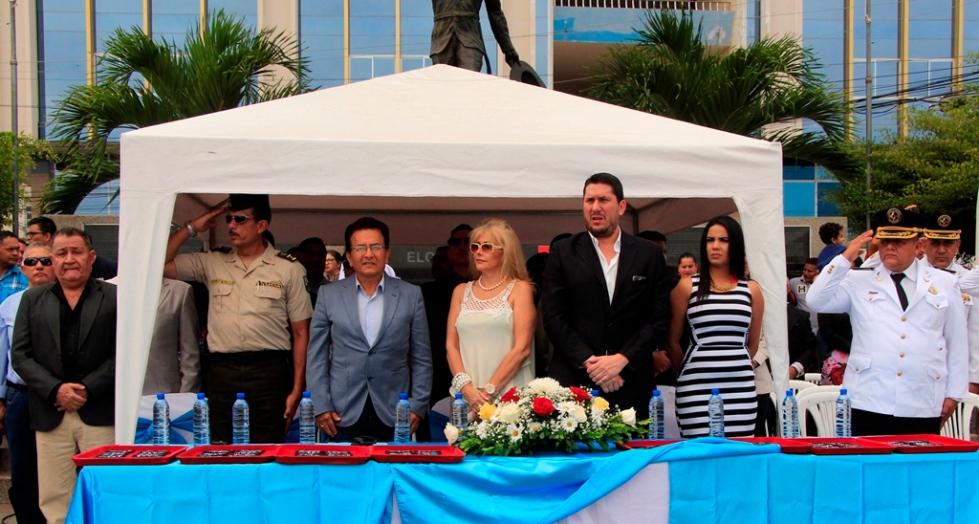El alcalde de Manta y altos funcionarios de la CTE, junto a oficiales de la Policía Nacional, en la incorporación de nuevos agentes municipales de tránsito. Manabí, Ecuador.