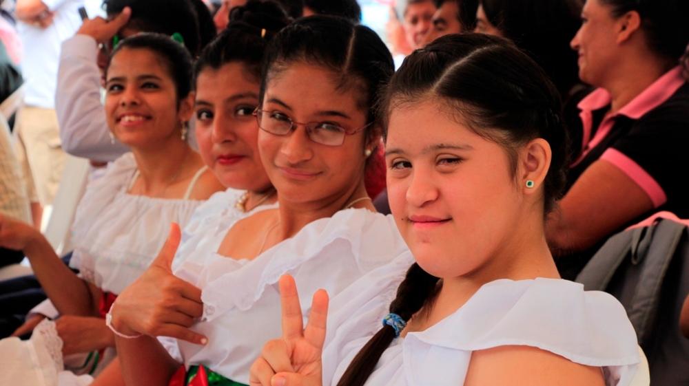 Señoritas con capacidades especiales para el baile folclórico. Manta, Ecuador.
