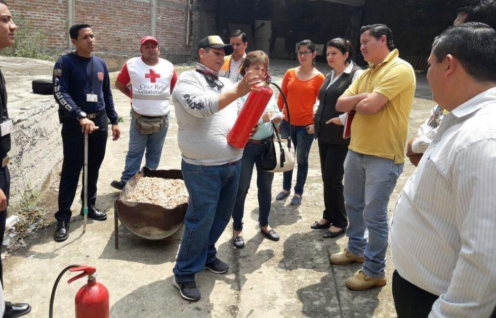 Técnicos del Cuerpo de Bomberos de Chone adiestran a un grupo de brigadistas voluntarios. Manabí, Ecuador.