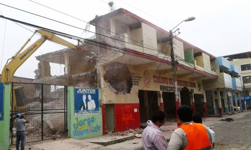 Antigua sede del Cuerpo de Bomberos de Chone, en demolición. Manabí, Ecuador.
