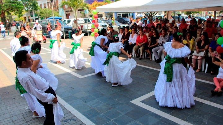 Grupo de baile folclórico conformado con jóvenes discapacitados. Manta, Ecuador.