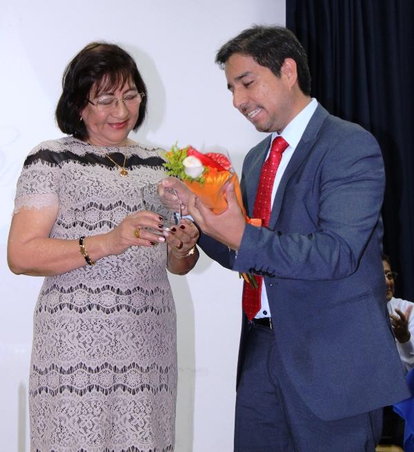 Vicenta Plúa, jubilada de la EPAM, recibe premios de manos del gerente José Espinoza. Manabí, Ecuador.