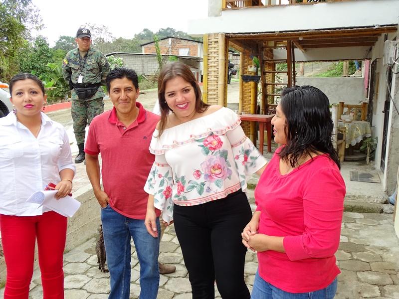 La vicepresidenta del Ecuador durante un acto oficial de entrega de viviendas construidas con financiamiento del Gobierno nacional, en El Anegado de Jipijapa. Manabí, Ecuador.