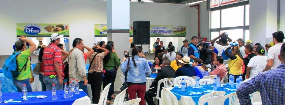 Desayuno de los mercaderes del Mercado Municipal de Los Esteros (Manta), con el alcalde local y la vicepresidenta de la República del Ecuador.