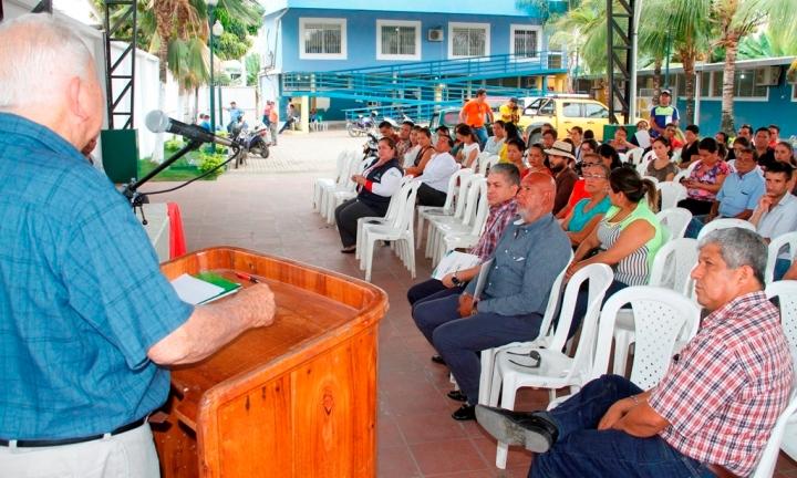 Ramón González Álava, alcalde de Bolívar, habla a los flamantes consejeros barriales de Calceta. Manabí, Ecuador.