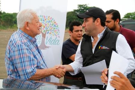 Alcalde de Bolívar saluda con gerente general de la Empresa Pública Casa Para Todos. Manabí, Ecuador.